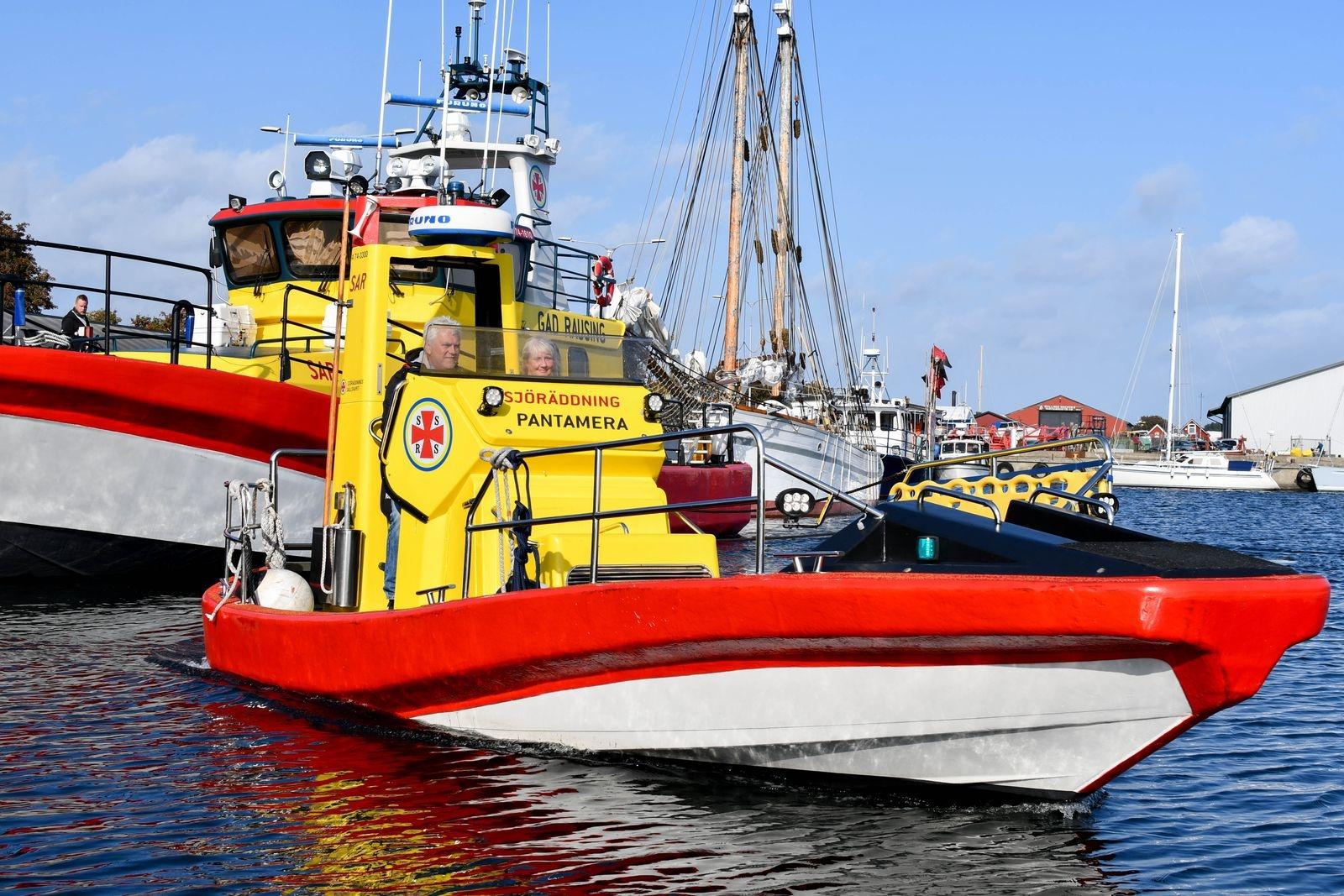 Anders Ring och Anna Agger tog Skillinge Sjöräddningssällskaps nyförvärv, båten Rescue Pantamera, på en uppvisningstur i hamnen.