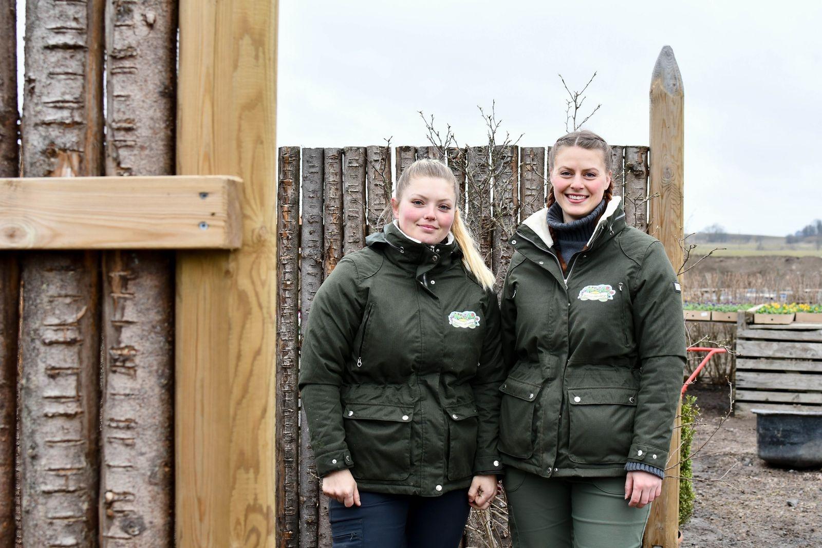 Julia och Freja Lindskog startade Systrarna Lindskogs trädgård och design 2015. 2018 slog de för första gången upp dörren till sin handelsträdgård.