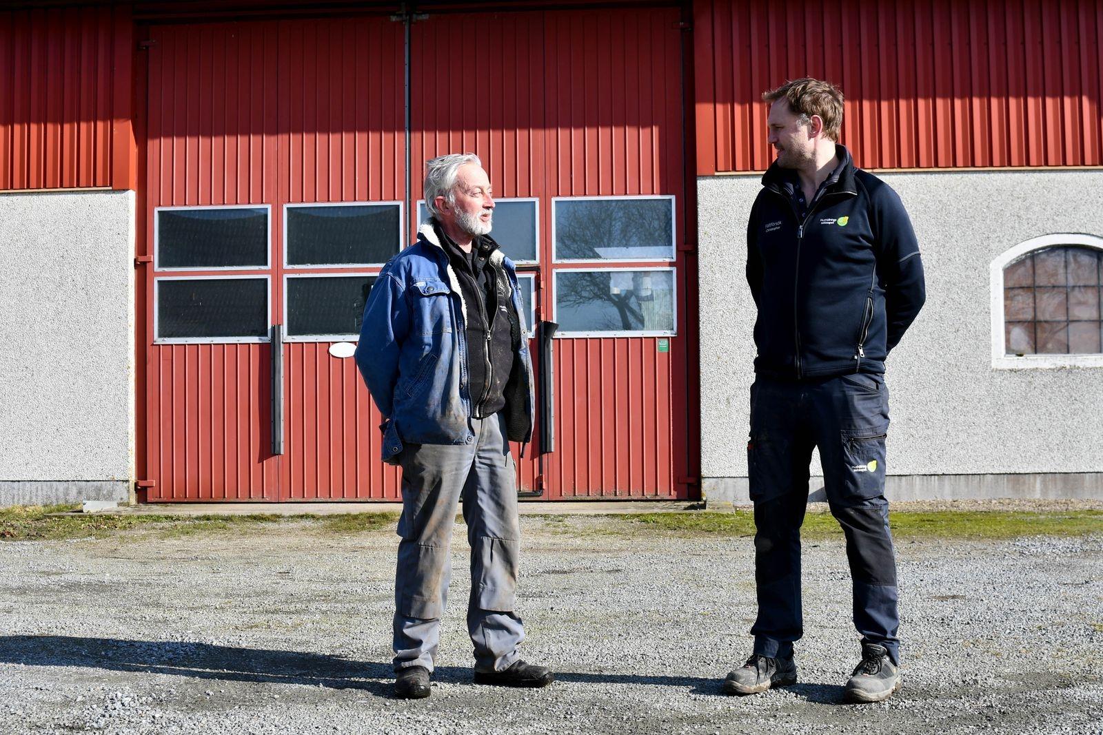 """Karl """"Kalle"""" Arvid Ekberg (t.vä) har, på uppdrag av Hushållningssällskapet Skåne, drivit Sandby gård i drygt 35 år."""