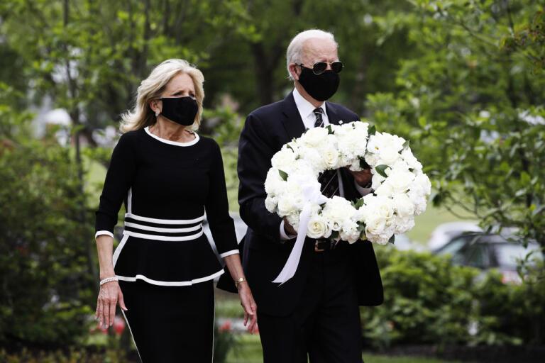 Demokraternas presidentkandidat Joe Biden och hans hustru Jill lägger ner en krans vid ett minnesmonument över stupade soldater.