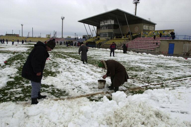 Snöfyllda fotbollsplaner tillhör inte panelmedlemmarnas favoritlista.
