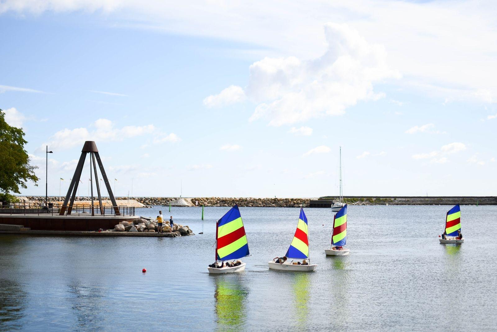 Både landarrangemangen och seglingarna, som brukar äga rum under den traditionsenliga seglarveckan i Simrishamn, är på grund av pågående pandemi inställda. Istället ser Simrishamns segelsällskap fram emot nästa års SM i havskappsegling, som de kommer att stå värd för vecka 30 2021.