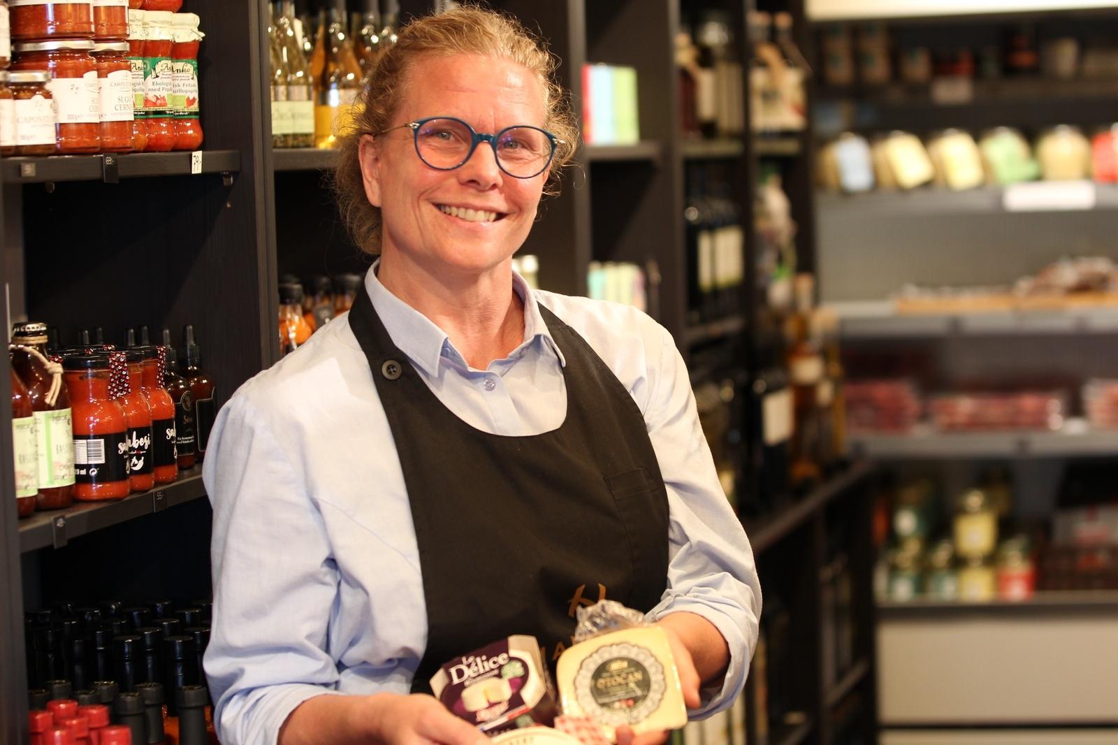 Jennifer Ehnemark arbetar i delikatessbutiken i anslutning till hotellet. En butik med målet att 20% av produkterna i butiken ska komma från olika Ölänska producenter och mathantverkare.