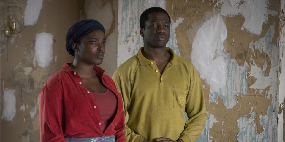 Flyktingarna Bol och Rial försöker börja om i England. Men något är inte som det ska i deras slitna bostad.