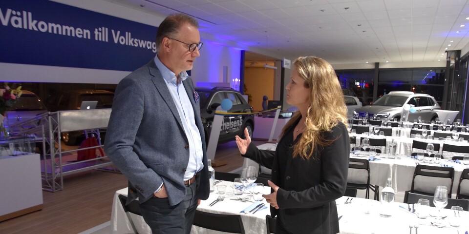 Jan Bergh, chef för Volkswagens återförsäljarutveckling, samspråkar med Michelsens Bils vd Maria Adolfsson under invigningen av de ombyggda lokalerna på Syrénvägen. Han berättar hur imponerad han är av anläggningens utformning.