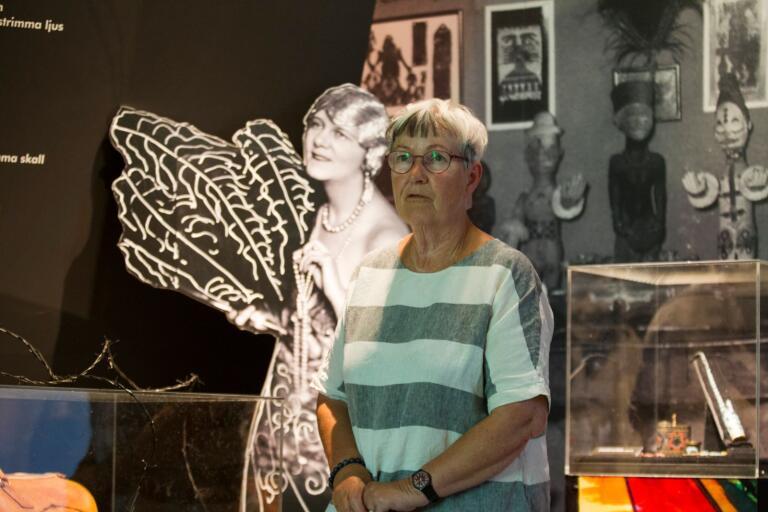 Margareta Alin, sedermera chef för Landskrona Museum, träffade Nell Walden (avbildad i bakgrunden) när konstnären var i 80-årsåldern.