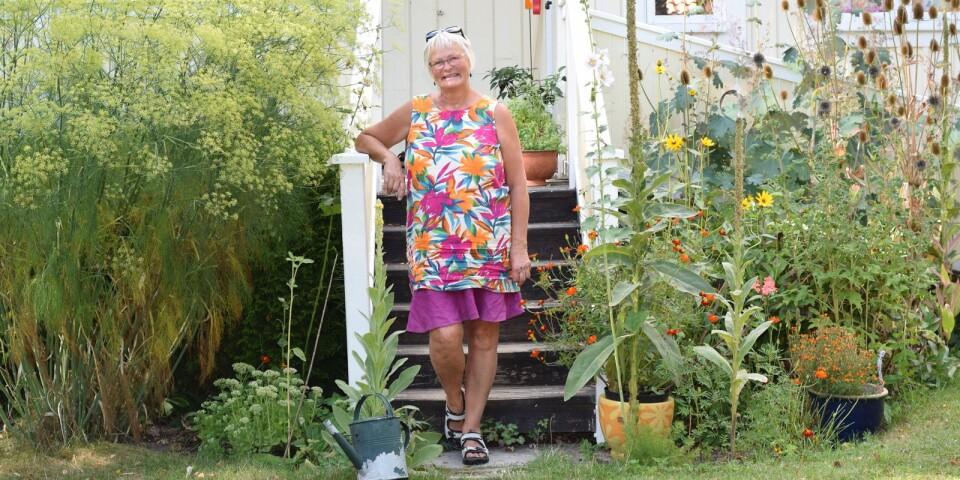 Marianne Martinsson framför sitt hus.