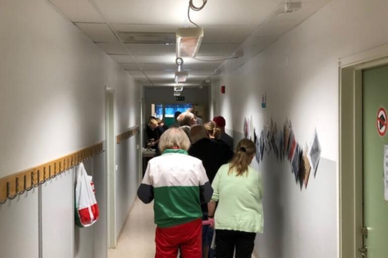 Folk i Arkelstorp köar för att få rösta.