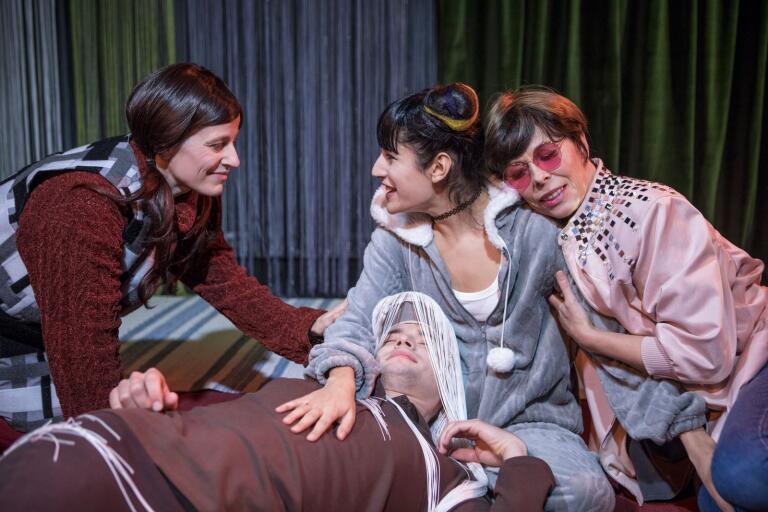 De fyra skådespelarna Jenny Nilsson, Kimiya Faghih, Rebecca Hayman och Ivar Forsling, representerar fyra temperament, fyra attityder till livet.