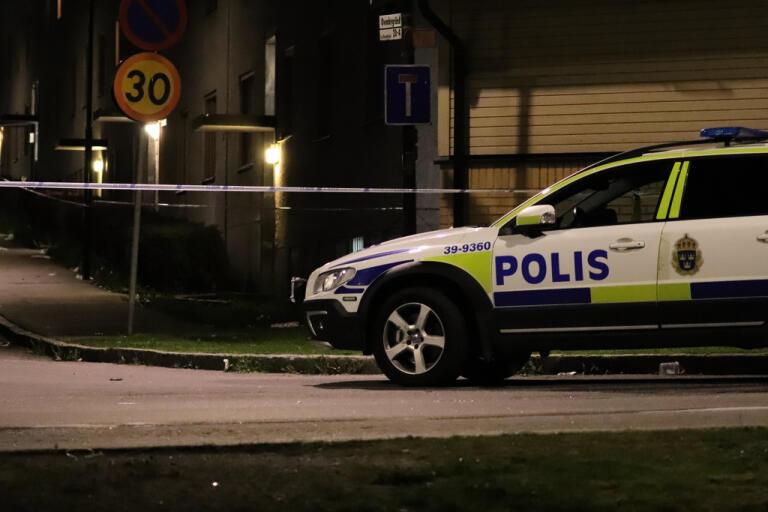 Två män besköts i en bil i Rinkeby på lördagskvällen.