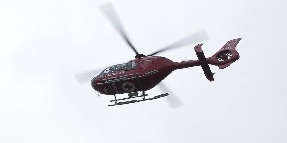 Två personer fördes till sjukhus i ambulanshelikopter. Arkivbild.