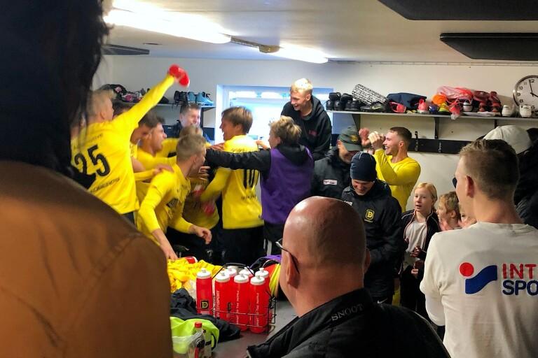 Vilt firande i Dalstorps omklädningsrum efter att kvalplatsen blev klar. Enligt UT:s Jonas Emtervall har laget aldrig varit bättre – rent spelmässigt.