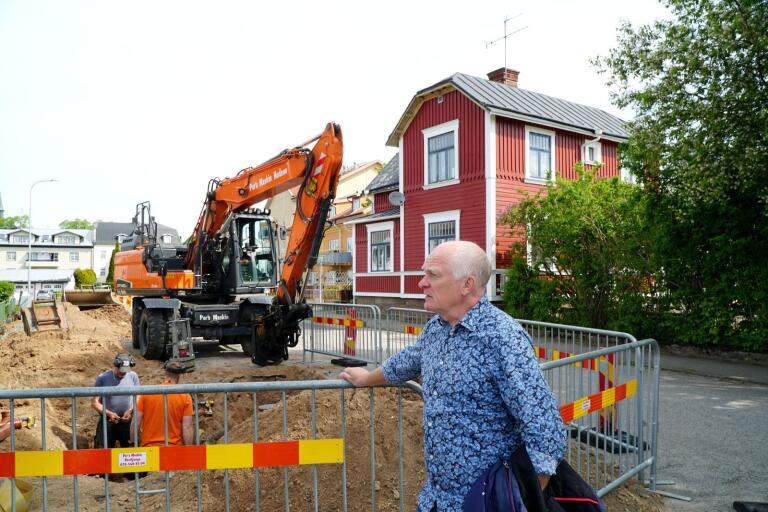 En ny gång- och cykelväg ska anläggas vid Fabriksgatan i Herrljunga. Gatu- och parkchef Claes-Håkan Elvesten kollar hur långt Dennis Johansson och Richard Örtblad från Pers Maskin har kommit med grävningen för brunnar och belysning.