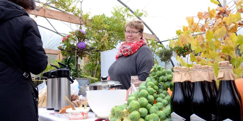 Birgitta Bengtsson håller soppan varm under en tidigare skördefest på Styragården.