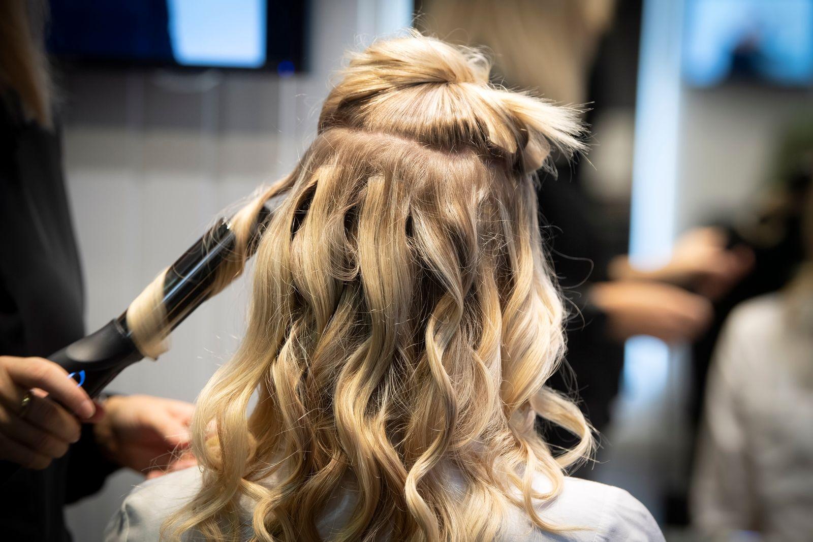 1. Börja med att locka håret eller sov med flätor för att skapa extra textur. 2. Dela in håret från öra till öra och dela upp det bakre partiet i tre till fem delar beroende på hårets tjocklek.