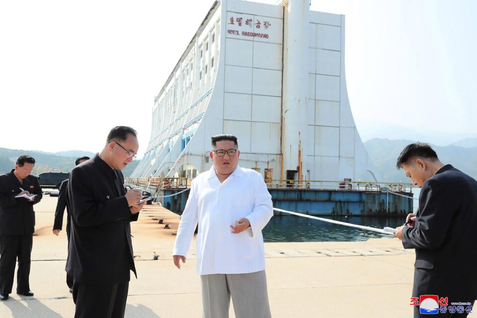 Nordkoreas ledare Kim Jong-Un riktar stark kritik mot en turistanläggning vid ett besök i Kumgang den 23 oktober 2019.