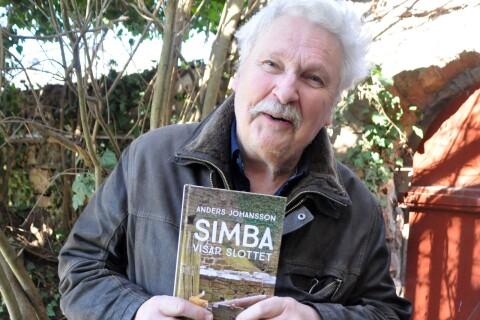 Anders Johansson låter katten Simba bli guide på Borgholms slott