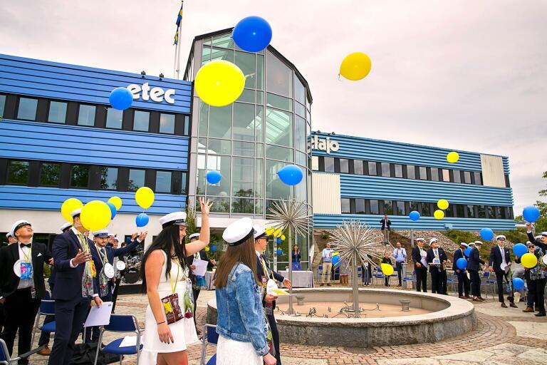 Studentexamen på Etec avslutades med att eleverna släppte 28 miljövänliga ballonger upp mot himlen.