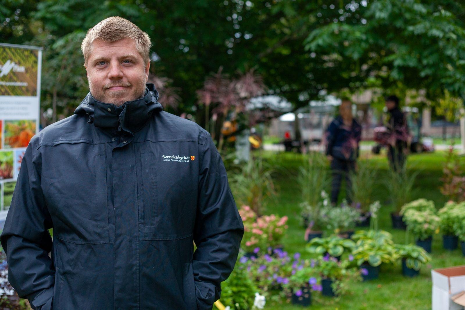Håkan Jansson flyttade från Stockholm för fem månader sedan och arbetar nu som kyrkogårdsvaktmästare vid Norra Ölands pastorat. Han tycker det är intressant att lära sig mer om produkter som lämpar sig för små kyrkogårdar. – Det finns många roliga saker här. Det är i mina ögon nyttigt att vi på landet ser vad det finns för verktyg vi kan ta hjälp av. Många maskiner är för stora för våra små kyrkogårdar.
