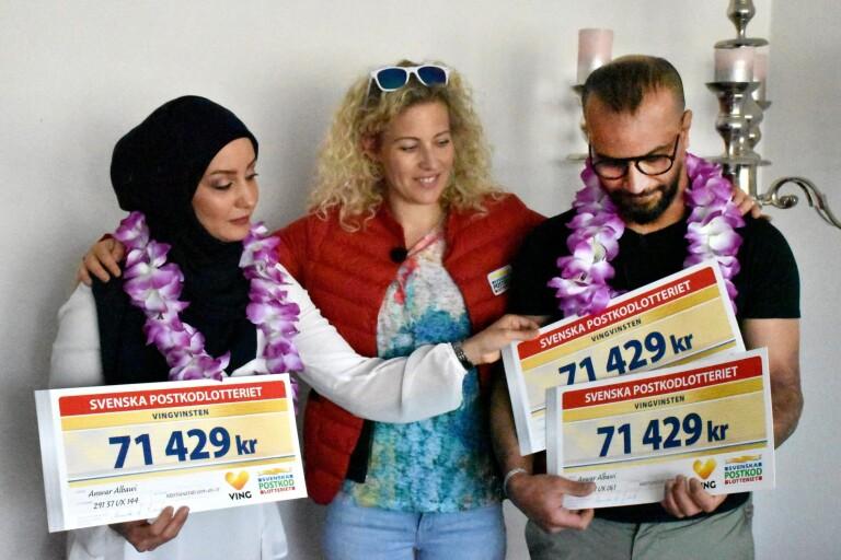 Postkodlotteriet på besök. Anwar och Zaman Albawi har vunnit reselotter. Här med Sandra Dahlberg.