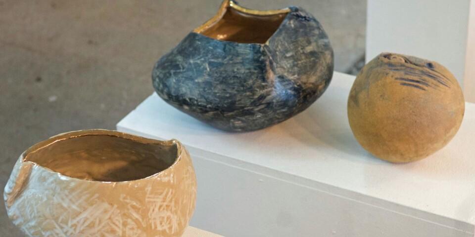 """""""Jag arbetar med keramik sedan många år och kombinerar mina uttryck mellan skulpturer, bruksföremål och trädgårdskonst, och jag inspireras av naturen och min närmiljö"""", deklarerar konstföreningens ordförande Margaretha Borgehed."""