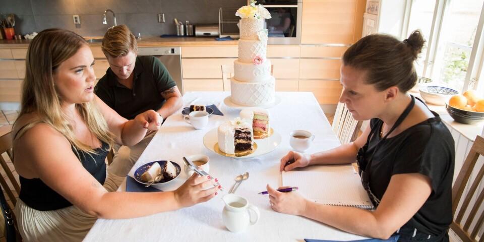 Blivande makarna Chrsitina Ekdahl och Jonas Nilsson provsmakar och väljer vilka smaker de tycker ska finnas i bröllopstårtan.