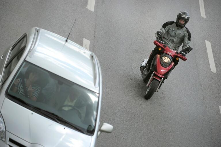 En moped i trafik.