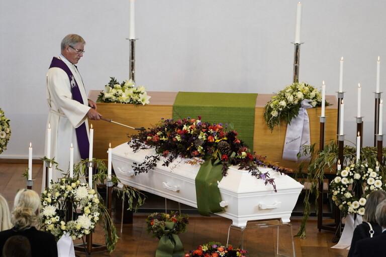 Max åtta får samlas – begravningar undantas