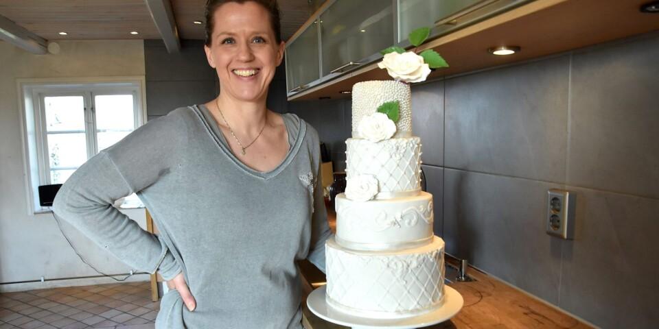 Sara Classon bytte keramiken mot bakverk. Hemifrån köket i Skillinge driver hon Saras Tårtfabrik.