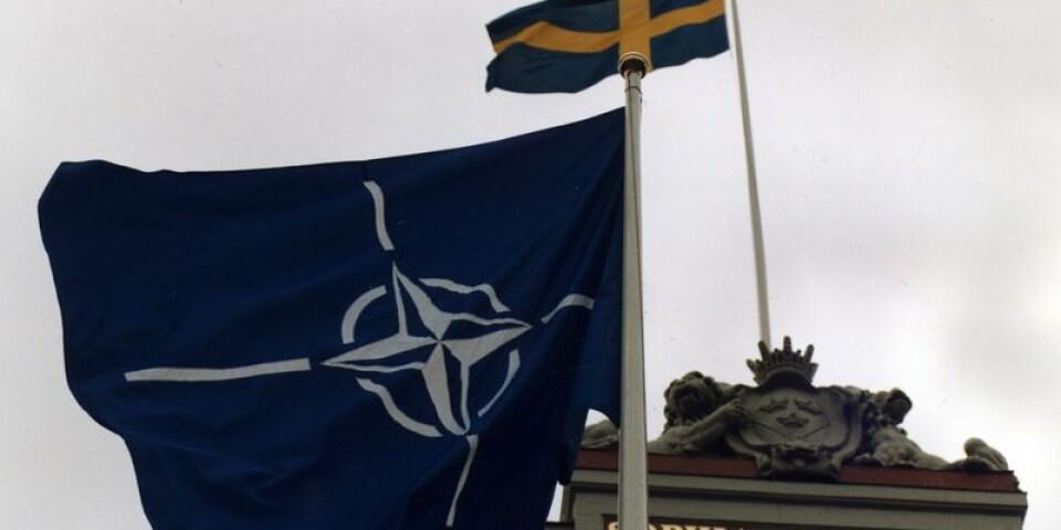 Nato-flaggan vajar tillsammans med svenska flaggan utanför utrikesdepartementet med anledning av Javier Solanas besök i Sverige som generalsekreterare för NATO .
