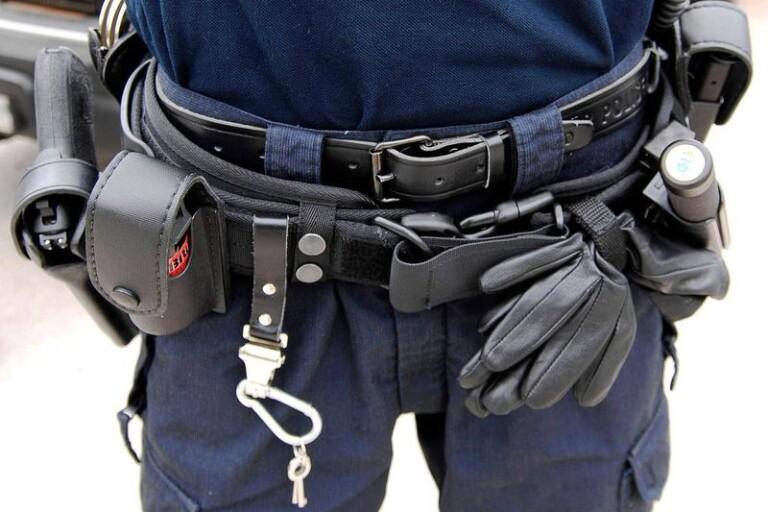 Polisen förbereder sig för att föra mannen till häktningsdomstol.