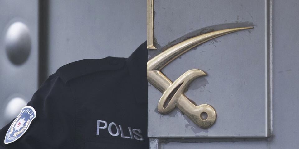 En turkisk polis vid ingången till det saudiska konsulatet i Istanbul. Arkivbild.
