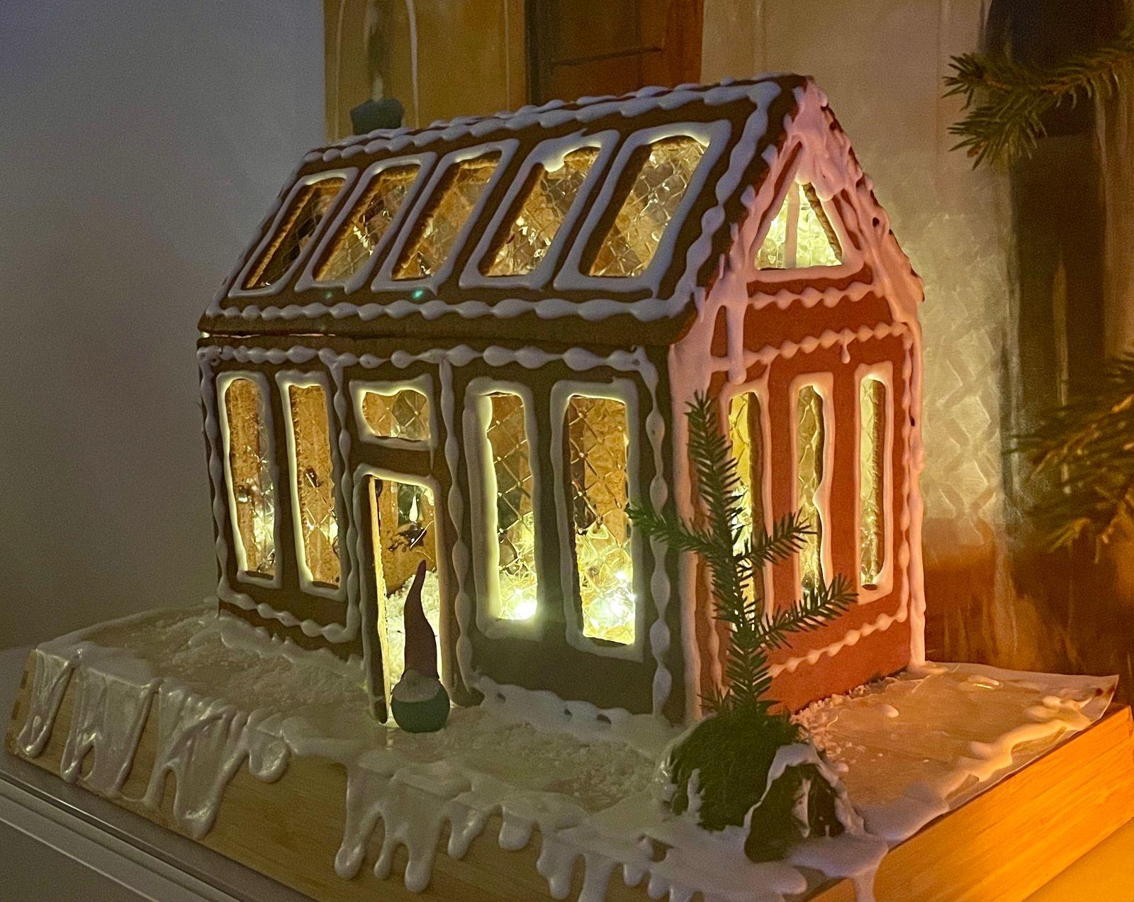 """""""I ett bra teamwork har arkitekten Lisa Petterström och jag mamma Marie Petterström byggt ett växthus till tomtemor"""", skriver Marie Petterström."""