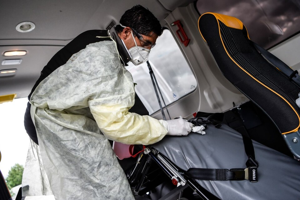 """Efter varje kund desinficerar Mohamed Akrim bilen. """"Jag vet att viruset kan finnas kvar någonstans när patienten släppts av. Så jag torkar och sanerar allt mycket noga""""."""