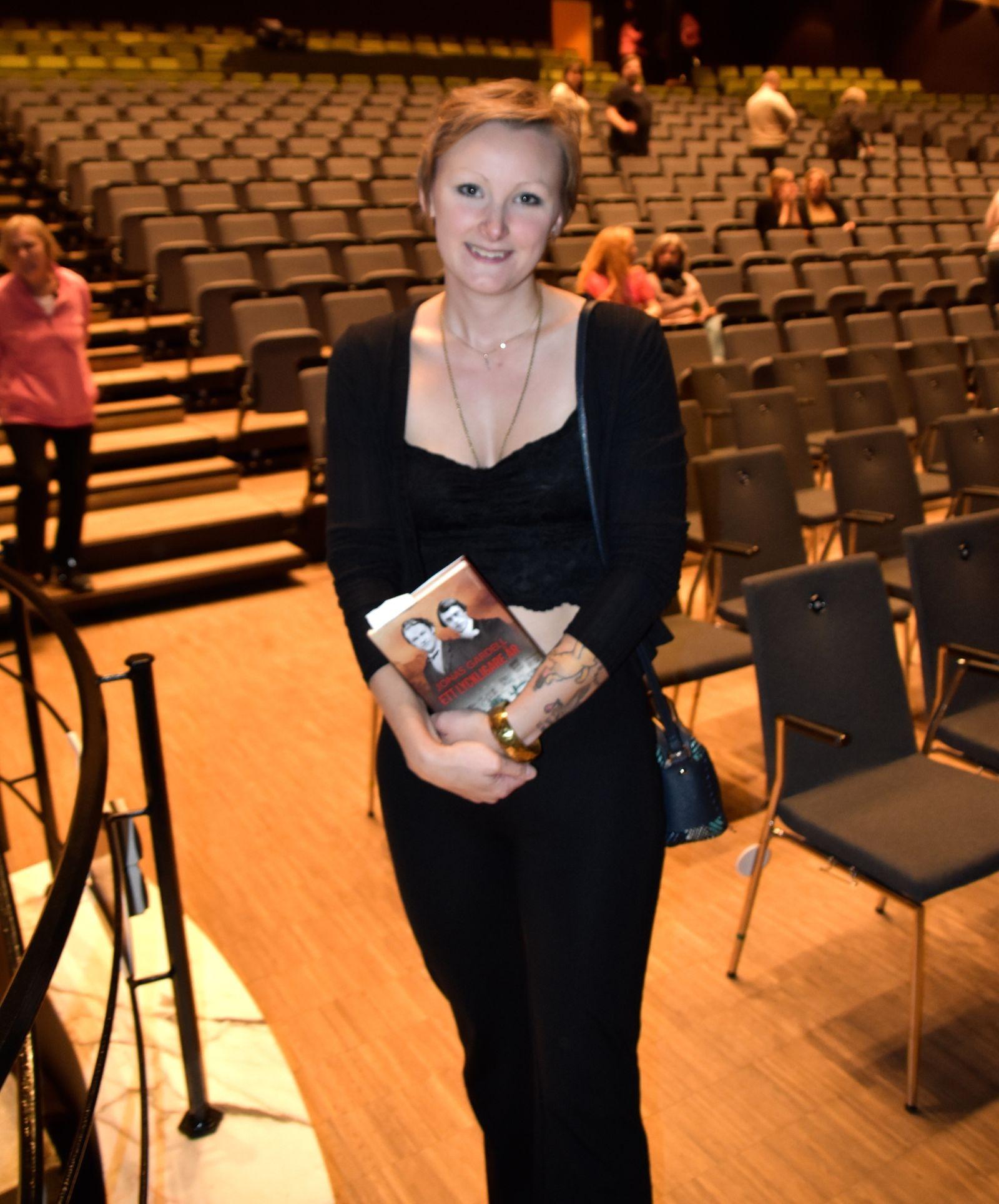 Sofie Börjesson fick sin bok signerad av Gardell mitt under showen.