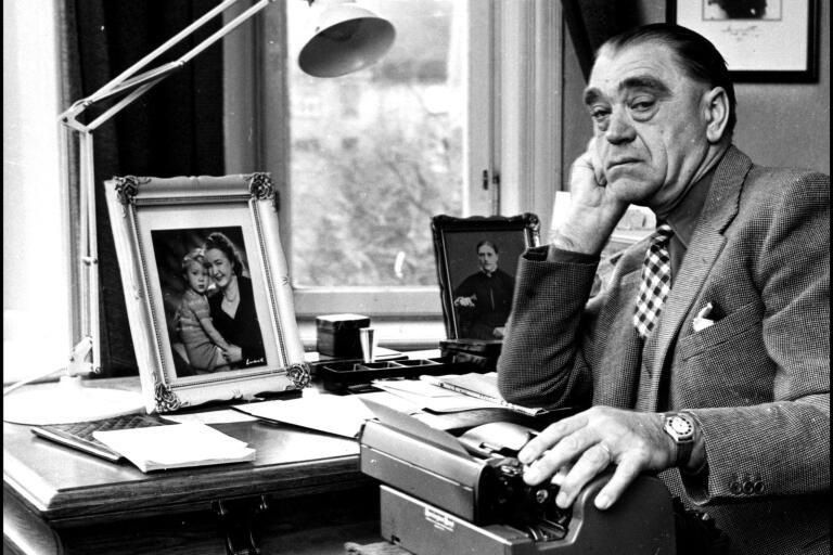 Vilhelm Moberg vid skrivbordet i mitten av 1950-talet.