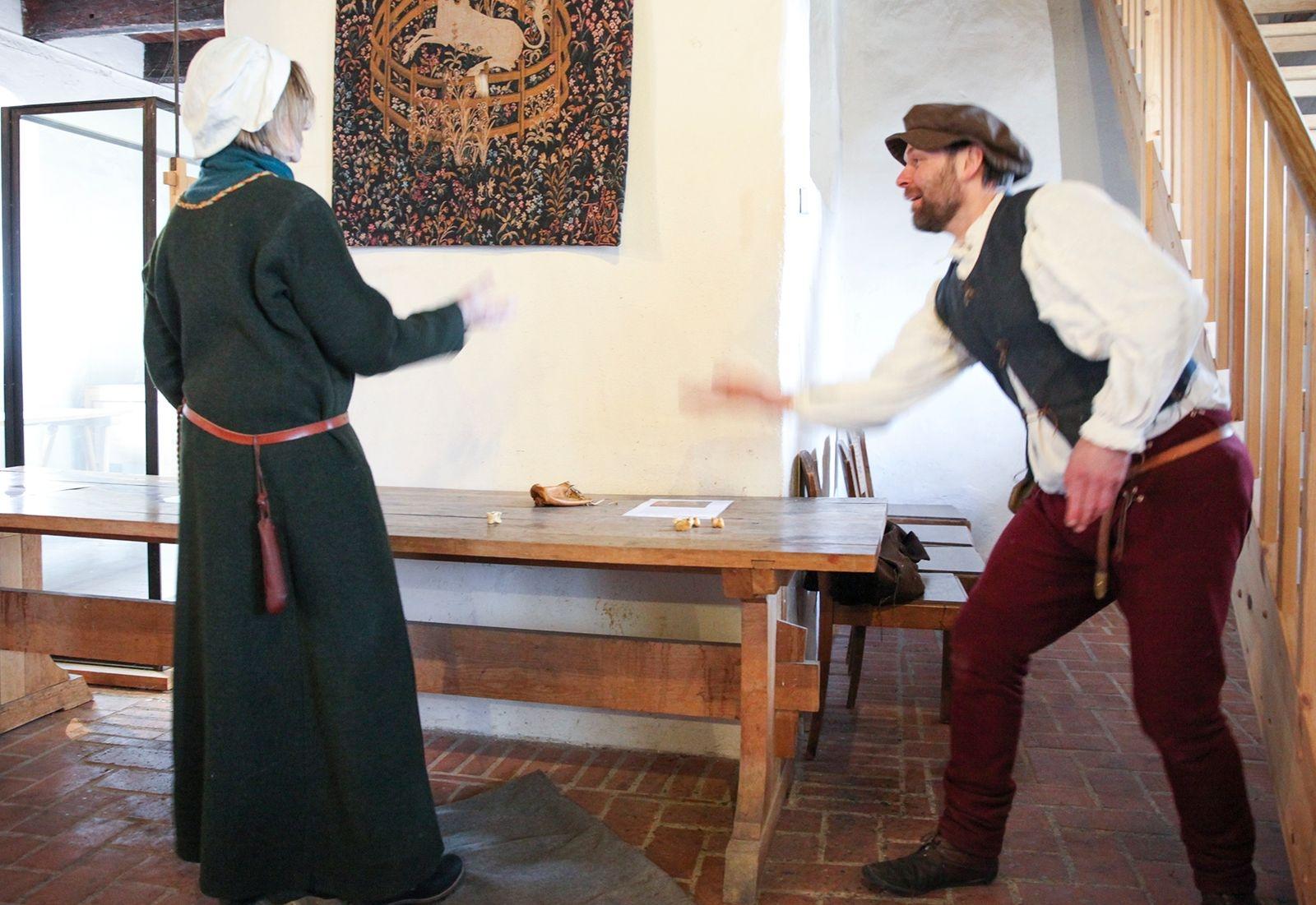 På medeltiden var det populärt att spela med astragaler, fotben av gris, får eller get.
