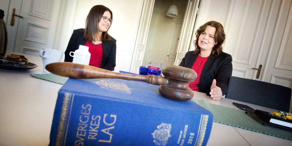 Iman Borgström arbetade som advokat i Syrien. Nu får hon en chans att ta ett steg närmare yrket i Sverige, hos advokat Emma Malm.