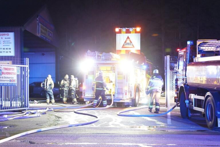 """""""Tekniskt fel"""": Fem bilar förstördes vid brand i verkstad"""