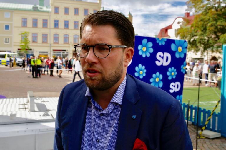 Jimmie Åkesson besöker SD:s kampanjtält på Stora Torget på tisdag.
