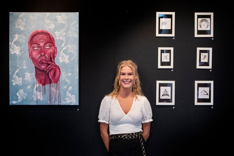 """Akrylmålningen """"En tanke"""" blev nästan utan att det var meningen ett slags självporträtt för Mathilda Zakrisson, som nu visar sin konst i museets foajé."""