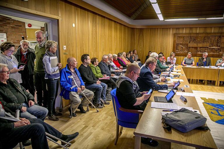 Oskarshamnssalen i stadshuset var fylld till bredden av åhörare när socialnämndens möte inleddes.