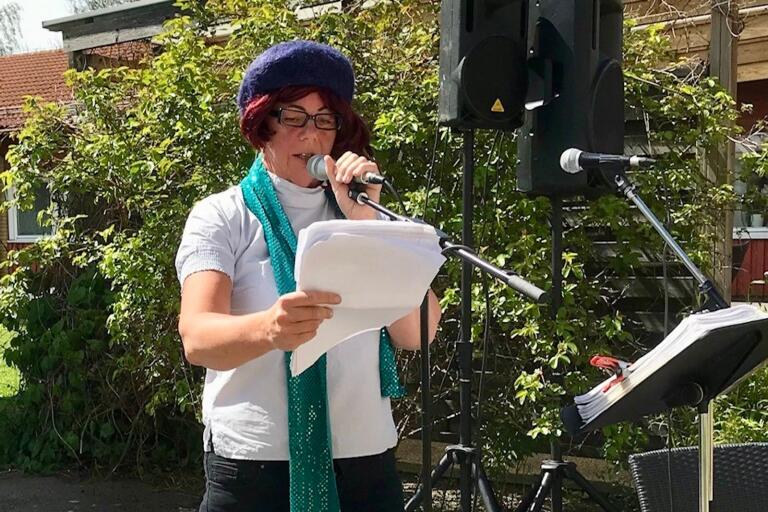 Carina Engman som läser upp lyrik i passande utstyrsel.