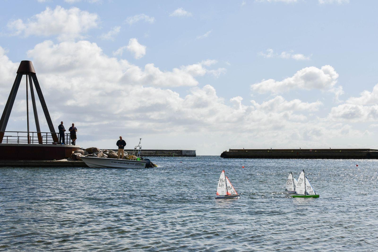 När seglarskolan tar paus passar Lars-Gustav Dahl, Jan Sölve och Christer Andersson på att sjösätta sina DF 65 modellbåtar.