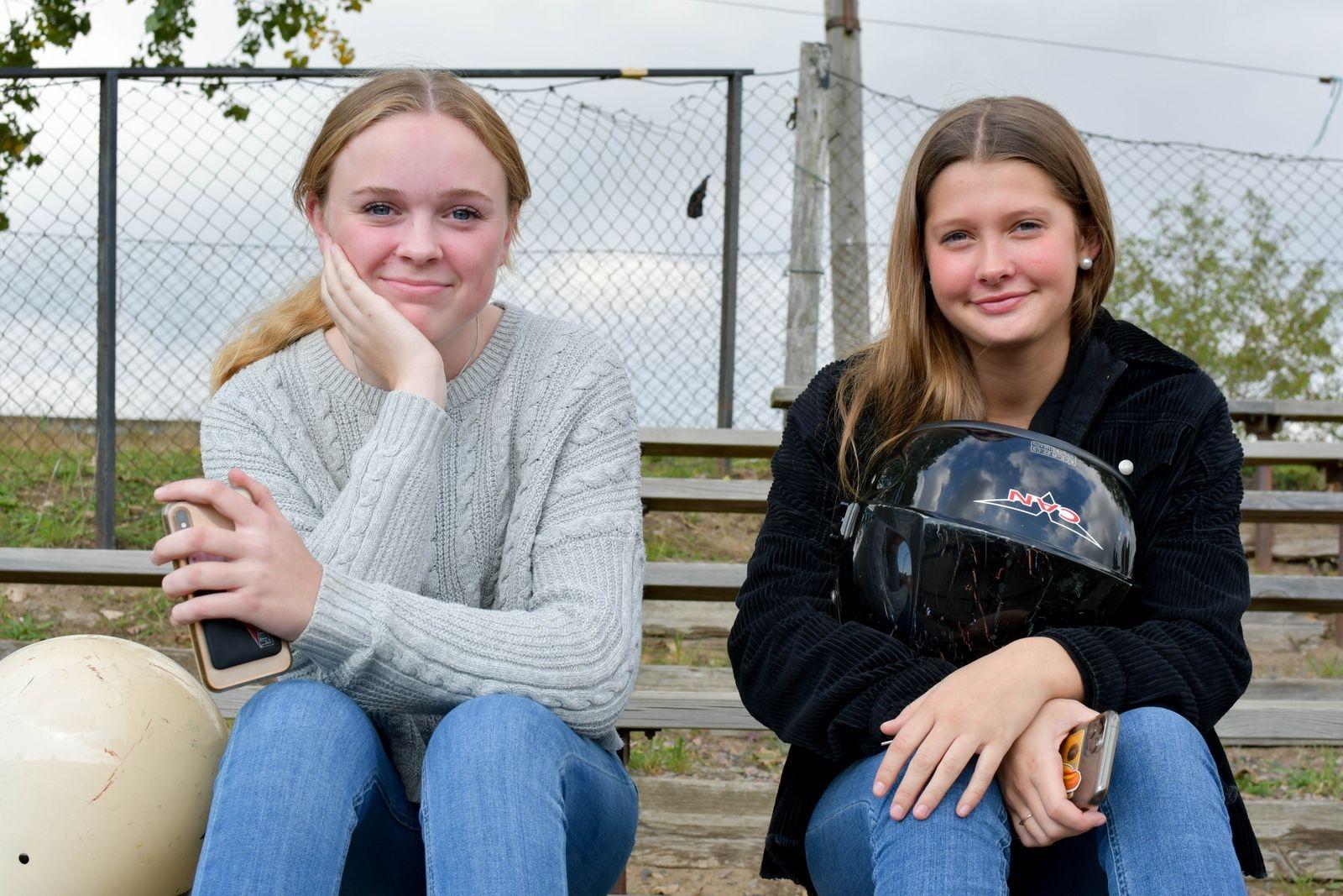 """Ida Olin och Penny Nilsson har tidigare kört EPA respektive tävlat gokart och hade inga problem med att köra folkracebil. """"Det var jättekul!"""" konstaterar tjejerna."""