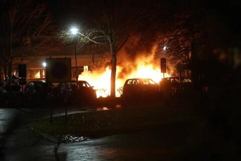 TV: Höga smällar när flera bilar brinner
