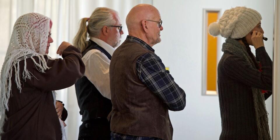 Spegel, spegel. Eva Wilén Karlsson, Magnus Signér, Anders Hedlund och Johanna Nickel synar detaljerna.