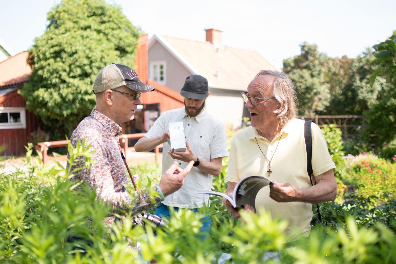 Joachim Haux och Boppe Pernham i engagerat samtal mitt i Krusenstiernskas trädgård.