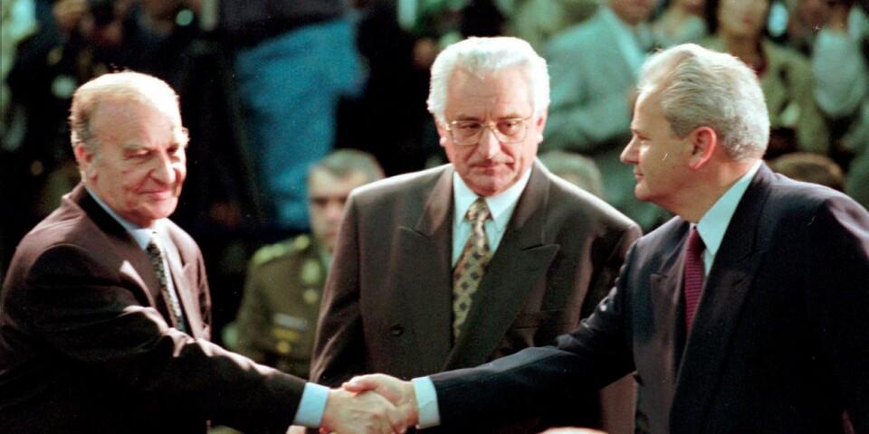 Presidenterna för de tre länderna skakar hand innan förhandlingarna i Dayton inleds.
