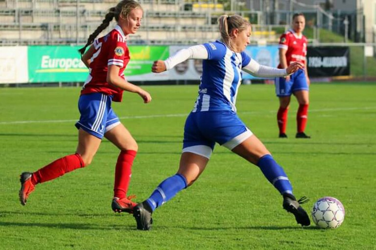 IFK Trelleborgs Johanna Olsson avancerar i matchen mot Vellinge IF.